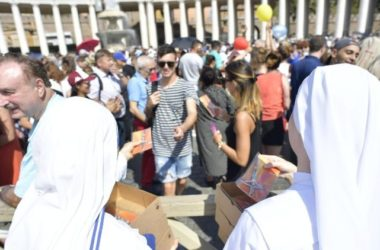 Dar pape Franje – tisuće križeva koje su vjernicima na Trgu sv. Petra dijelili siromasi i izbjeglice