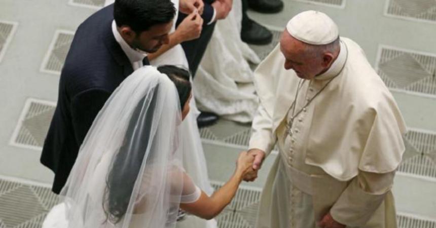 Papa Franjo u Angelusu: Crkva ističe ljepotu braka, ali je blizu onima kojima on ne uspije