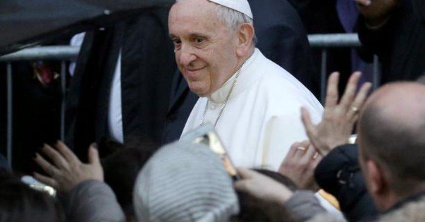 Papa Franjo: Evangelizacija se živi hodeći s narodom