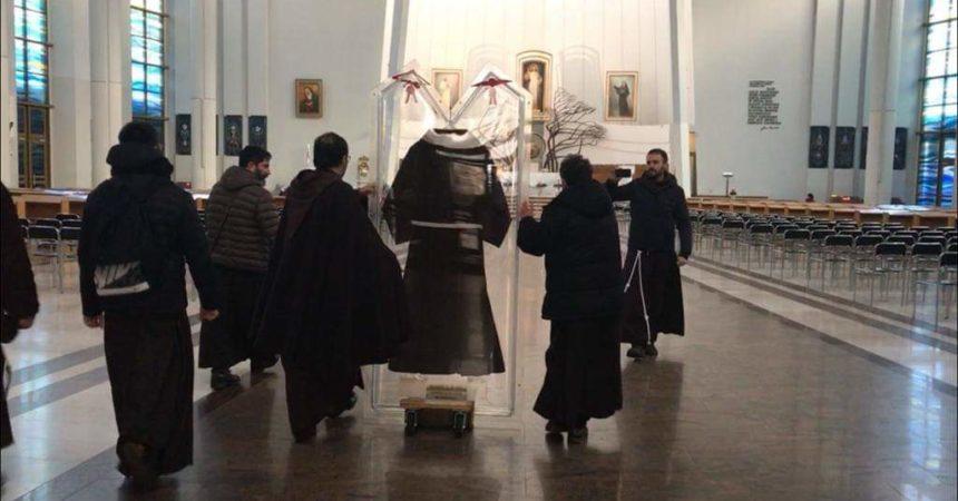 EKSKLUZIVNO! Habit svetog Padre Pija u Aushwitzu i svetištu Božjeg milosrđa!