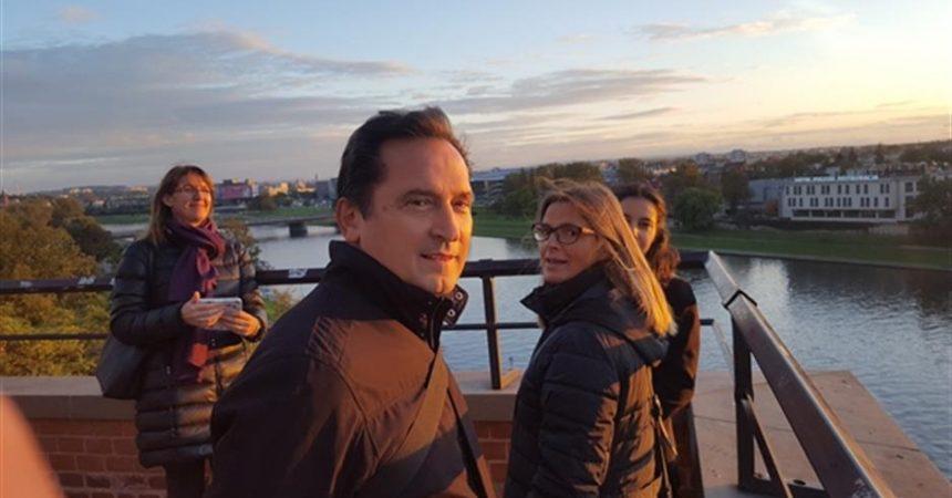 Dr. don Josip Mužić, redoviti je profesor na KBF-u u Splitu gdje je i voditelj poslijediplomskog studija Povijest teologije i kršćanskih institucija, te mjesečno drži emisiju Sjaj istine na Radio Mariji