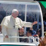 Papa Franjo, graditelj mostova, u hodu usred naroda