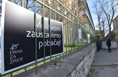 Gradske vlasti odlučile: Nećemo maknuti molitelje ispred bolnica, oni ne smetaju nikome
