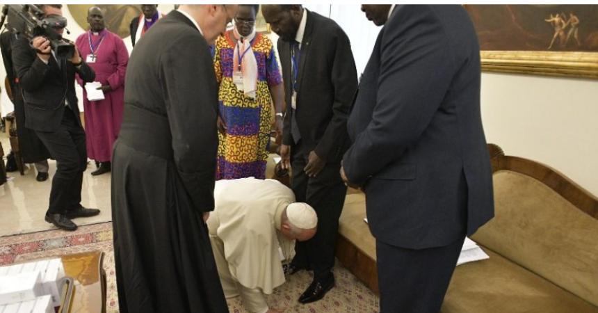 VIDEO Papina neočekivana gesta: Poljubio noge suprotstavljenim vođama Južnog Sudana