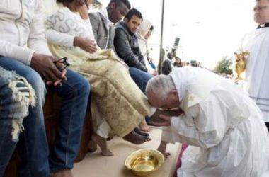 Papa Franjo opra noge zatvorenicima u Rimu na veliki četvrtak