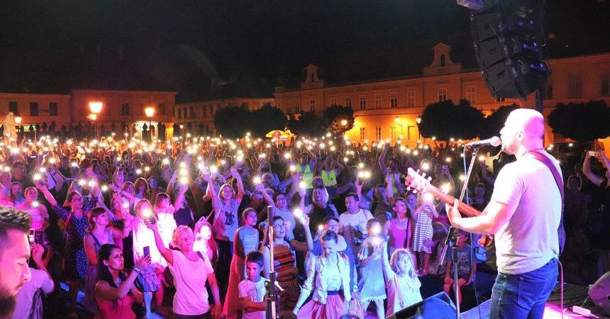 U Osijeku preko 1000 ljudi na Trgu sv. Trojstva slavilo Boga