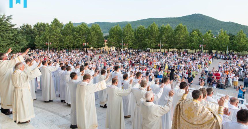 Međugorje: 350 svećenika ispružilo ruke i molilo nad narodom