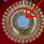 FOTO Isusovo lice navodno se pojavilo u Presvetom Oltarskom Sakramentu u Indiji
