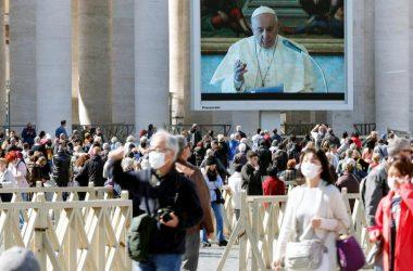 Papa zbog korone molitvu vodi iz knjižnice: Tu je kao u kavezu