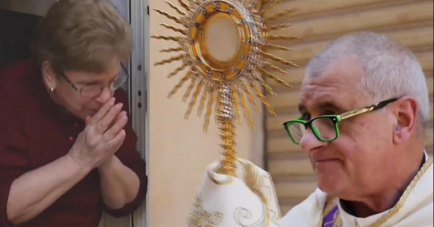 Italija – dirljivi prizori svećenika koji blagoslivljaju narod i utječu se za zagovor nebeskoj Majci