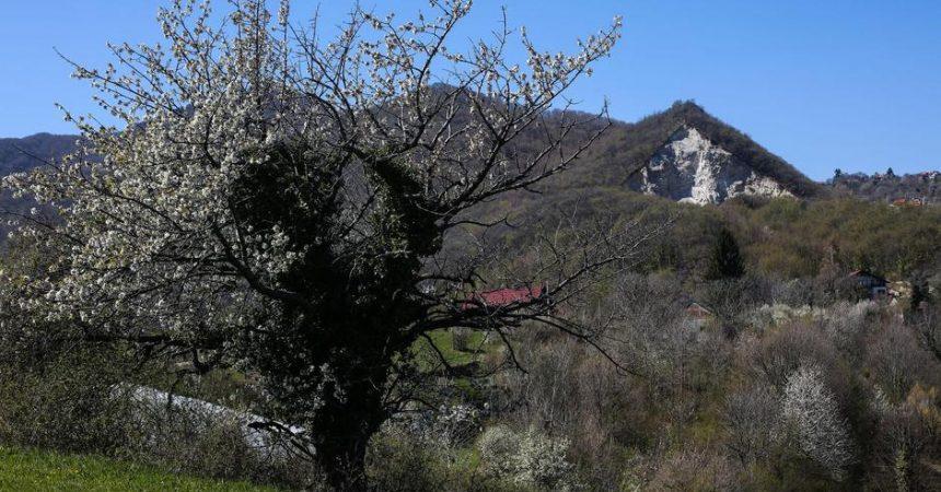 Čudo u jednom malom selu koje se zove klinča selo'Križ se samo pojavio na brdu prije par dana, nije isklesan'